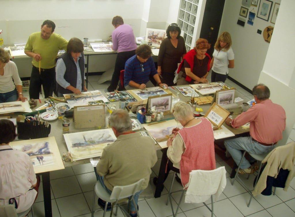 Artisti al lavoro durante una lezione di acquerello presso il mio studio